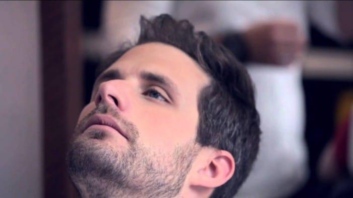 Barba Cerrada é comumente usada por homens com falhas na barba