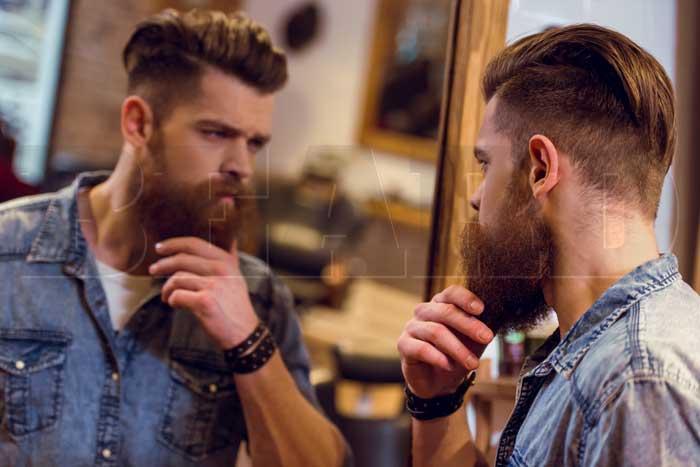 barbudo com a mão na barba cheia