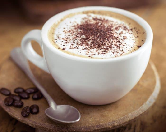 O bom e velho cappuccino sempre é recomendado como uma das Bebidas para aproveitar o frio