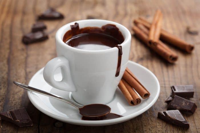 Que tal um chocolate quente entre as Bebidas para aproveitar o frio